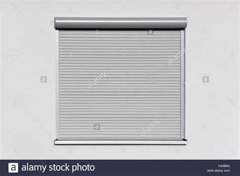 Fenster Jalousien Außen by Wohnhaus Detail Fenster Rollladen Geschlossene Haus