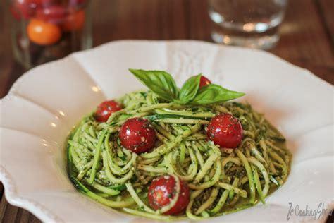 cuisiner une courgette spaghetti spaghetti de courgette cru au pesto basilic ze cookingshow