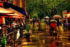 Shoppers In The Rain - Market Square Knoxville Tennessee