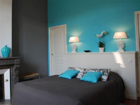chambre blanche et turquoise visiter bordeaux à pied via les chambres de camille sur