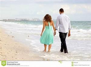 Hand In Hand Gehen : junge paare die hand in hand auf das strand thi gehen stockbild bild von attraktiv ~ Markanthonyermac.com Haus und Dekorationen
