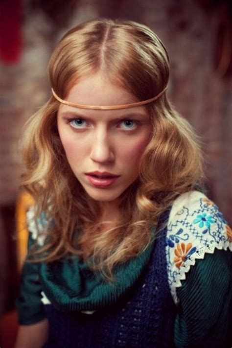 60s Headband Hairstyles by Easy 60s Hairstyle With A Headband And Center Part