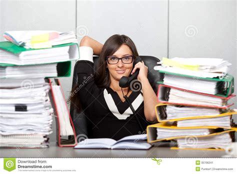 dans le bureau femme surchargée dans le bureau parlant du téléphone