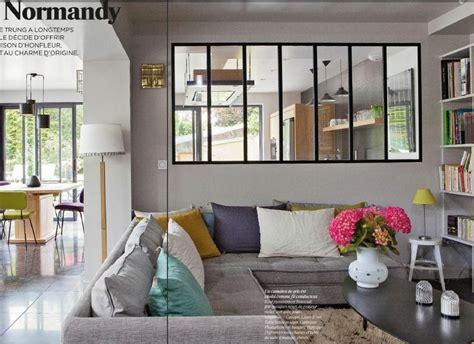 coussin sur canapé gris canapé gris coussins colorés vitre type industriel entre