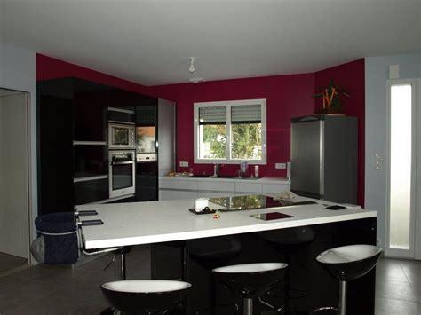 cuisine mur framboise décoratio notre maison le masson dans le 29 landerneau