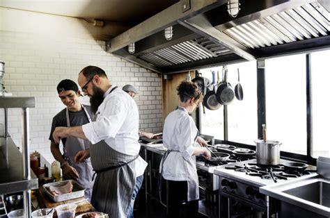 arbeiten in der küche gruppe chefs die in der k 252 che arbeiten der