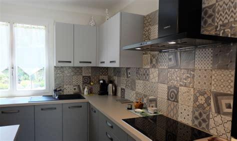 credence cuisine carreau ciment carreaux de ciment habillez le sol les murs et la