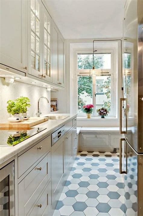 cuisine en carrelage comment aménager une cuisine en longueur types avantages et astuces