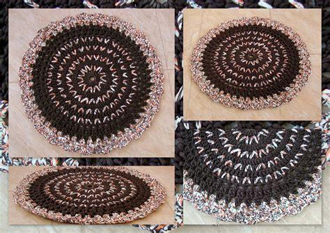 tapete em crochet com fio de malha ou trapilhos bordado com ponto fantasia crochet rag rug