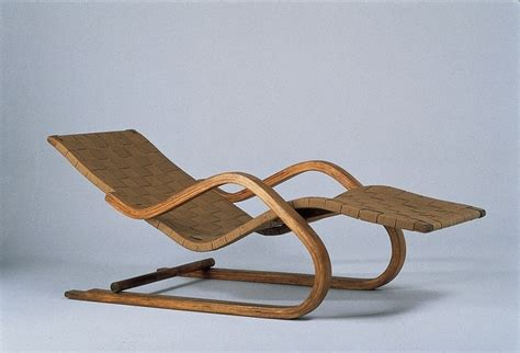 chaise longue a bascule chaise longue n 39 design by alvar aalto 1936 live