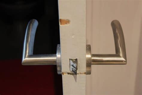 vis de poignee de porte brico changer une poign 233 e de porte