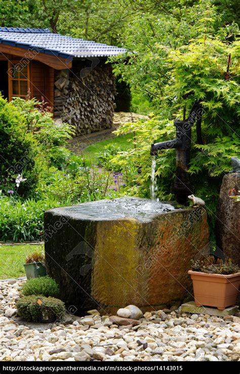 Wassertrog Mit Schwengelpumpe Im Garten Lizenzfreies