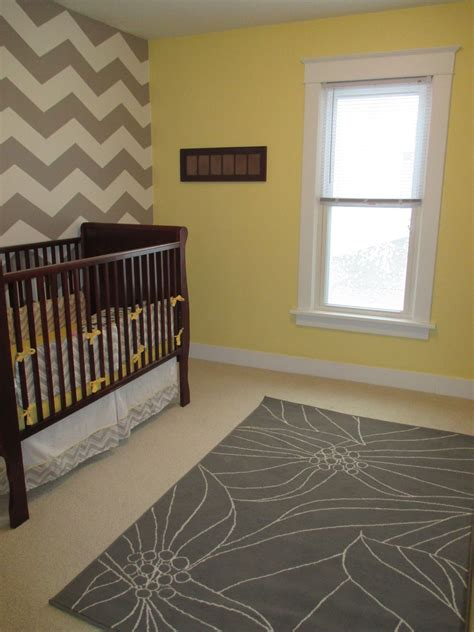 Wand Gelb Streichen by How To Paint A Chevron Wall Tutorial The Grey