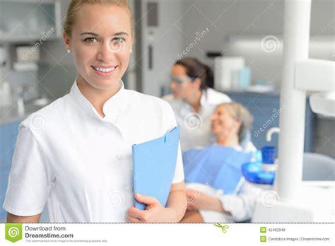 bureau de contr e dentiste de sourire d 39 assistant dentaire avec le patient