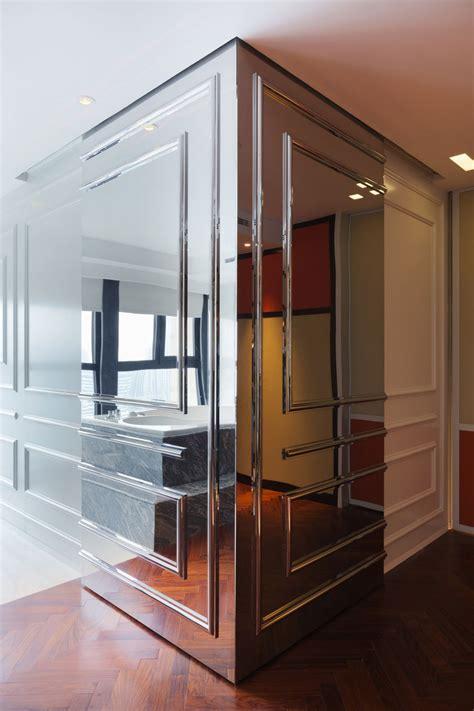 vente privee canapé appartement chinois déco colorée mur avec moulures en miroir