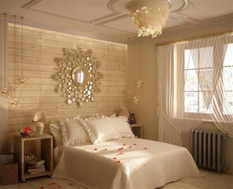 dormitor cu pat alb si peretii placati cu lambriu din lemn