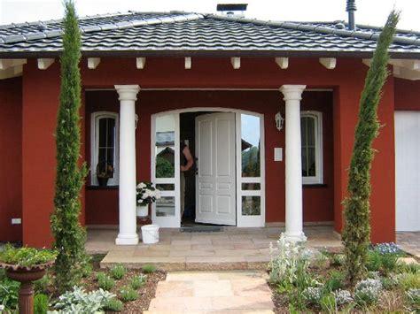 Südliches Flair Überdachter Hauseingang Mit Toskanischen