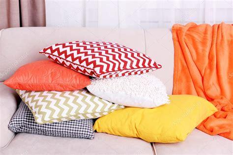 Cuscini Immagini - divano con cuscini colorati foto stock 169 belchonock