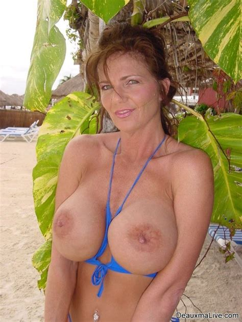 Sexy Milf Deauxma Loses Her Bikini On Vacation