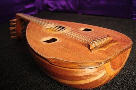 Beda dengan alat musik tiup, pada alat musik gesek tradisional, suara yang dihasilkan terjadi jika senar digesek oleh sebuah alat bantu. 35+ Alat Musik Tradisional Indonesia & Cara Memainkannya Lengkap