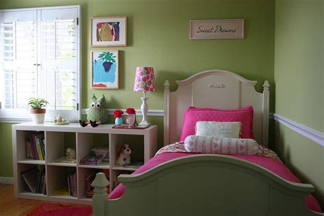 Girls' Bedroom In Pink And Green