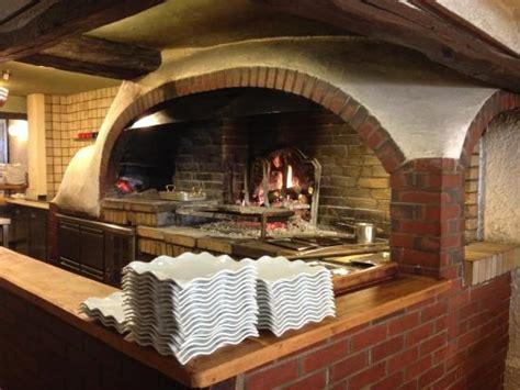cuisine feu de bois cuisine au feu de bois au milieu de la salle picture of