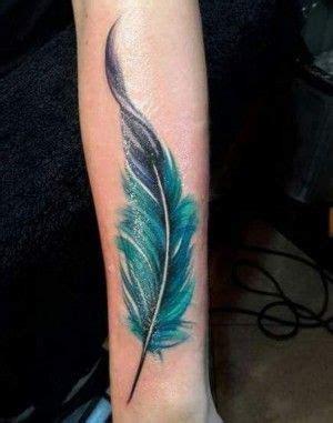 Tatuaje de pluma azul en el brazo Tatuajes bonitos