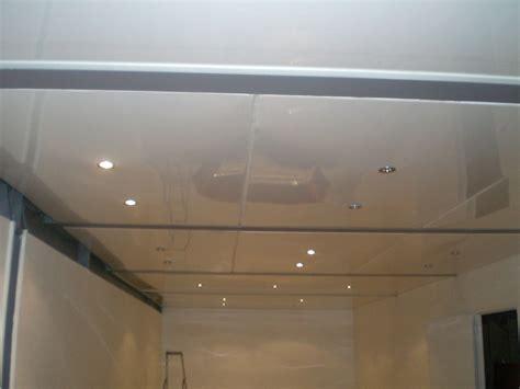 plafond pvc cuisine poser un faux plafond en pvc comment faire un plafond