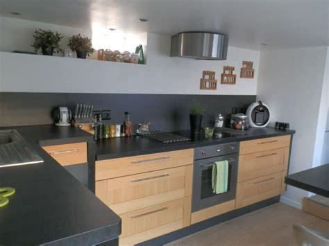 peut on mettre du parquet dans une cuisine cuisine bois et plan de travail noir cuisine