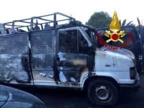 sfascia carrozze via casilina incendio in uno sfasciacarrozze operazioni