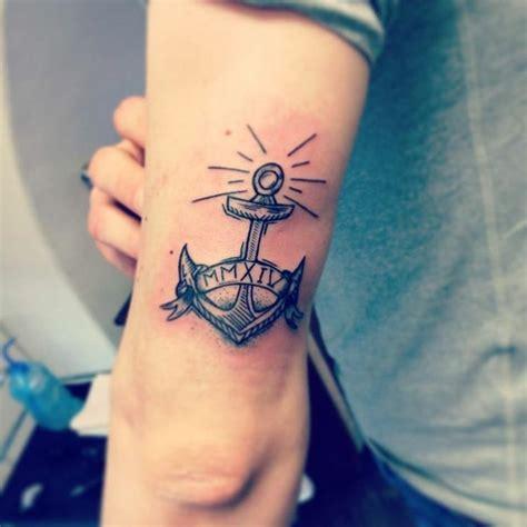 oberarm hinten anker symbolisiert treue und ewige liebe tattoos oberarm m 228 nner oberarm