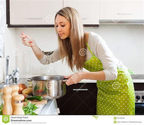 femme plus cuisine femme faisant cuire la soupe végétarienne dans la cuisine