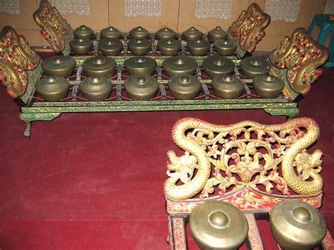 Biasanya alat musik ini dilengkapi dengan dawai dan senar, sehingga tinggi rendahnya nada dihasilkan oleh panjang pendeknya dawai. 20 Alat Musik Tradisional Indonesia beserta Daerah Asalnya