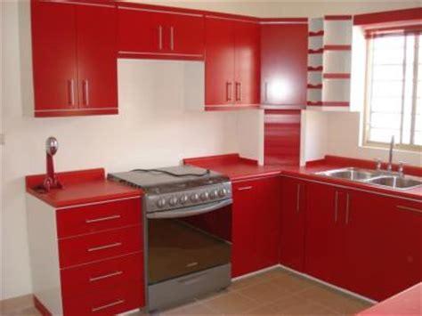 cocina integral contemporanea en color blanco  rojo
