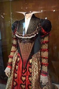 La Reine De Coeur : le costume de la reine de coeur le monde de tim burton ~ Nature-et-papiers.com Idées de Décoration