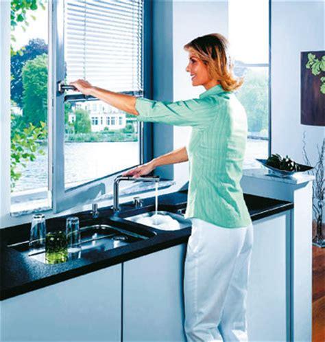 cuisine danoise un robinet d 39 évier qui passe sous la fenêtre inspiration cuisine le magazine de la cuisine