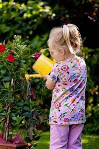 Blumen Gießen Mondkalender 2017 : lille barn med en vandkande n r vanding af blomster ~ Lizthompson.info Haus und Dekorationen