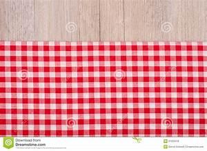 tissu a carreaux rouge et blanc sur le bois photo stock With tissu carreaux rouge et blanc