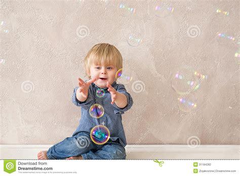 le avec des bulles enfant avec des bulles de savon photographie stock image 31184282
