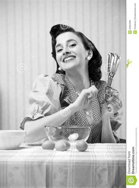 femme a la cuisine femme au foyer dans la cuisine image stock image 32864385