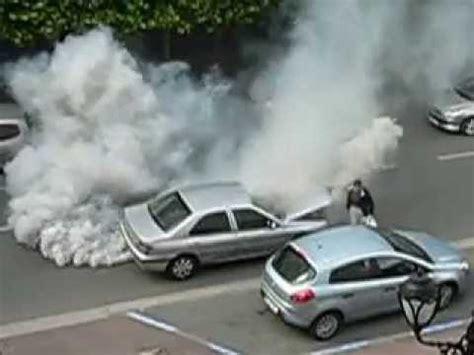 une voiture refuse davancer elle semballe fume