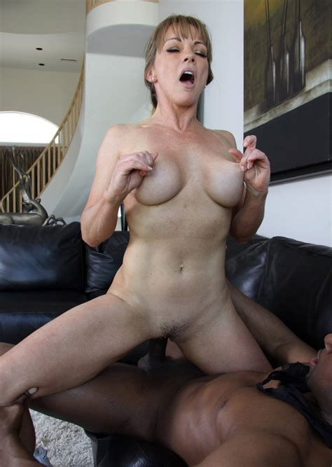 Nude Moms - The Sexiest naked American milfs and moms, amateur photos of naked..