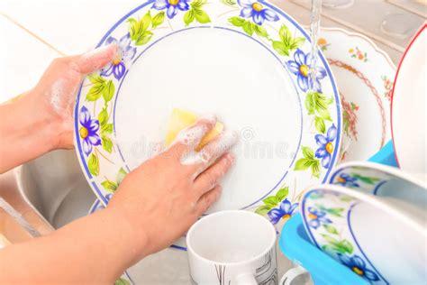 Faire La Vaisselle Dans L'évier De Cuisine Photo Stock