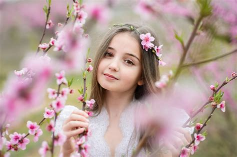pictures  girls lovely child face branches glance