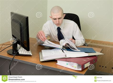 emploi de bureau comptable sur un lieu de travail au bureau photo stock