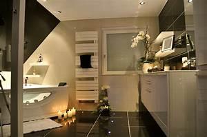 Awesome petite salle de bain mansardee pictures amazing for Salle de bain design avec décoration cinéma maison
