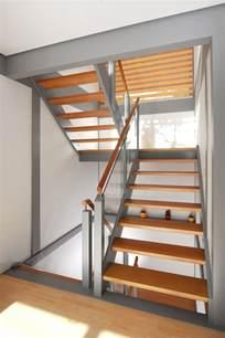 treppen glas treppe mit geländerfüllung aus glas und podest podesttreppe aus massivholz