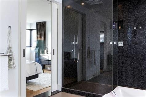 design inloopdouche met een glazen douchewand tot het