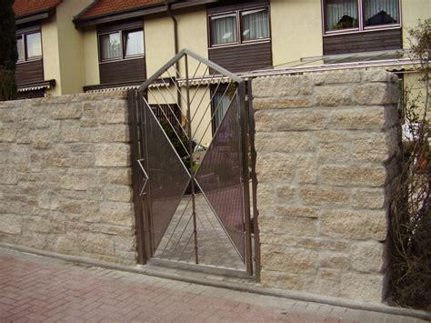 Das Tor Alles Ueber Die Oeffnung Im Zaun by Tore Grabkreuz 001
