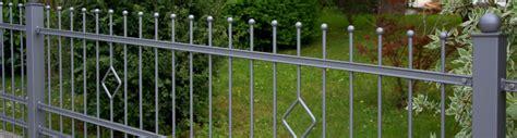 Dekorativer Metallzaun Rembart  Holz Im Garten